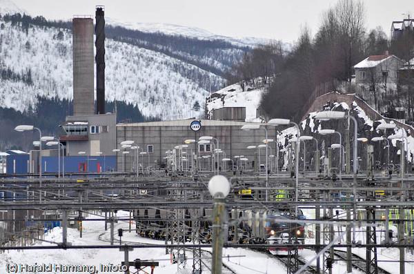 Losseanlegg på LKAB i bakgrunnen (med pipe), og tog på vei tilbake til Kiruna med tomme vogner