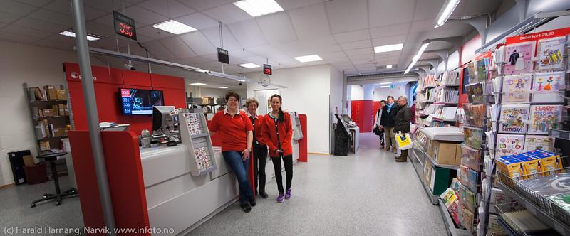 Narvik postkontor i 3- etg i Narvik Storsenter. Nedlegges som eget postkontor sept 2014. Barbro Bratli (mor, mørkt hår, til venste), Renate Bratli (datter, til høyre) og i midten daglig leder Erna Kjellbakk. Foto 14. mai 2014.