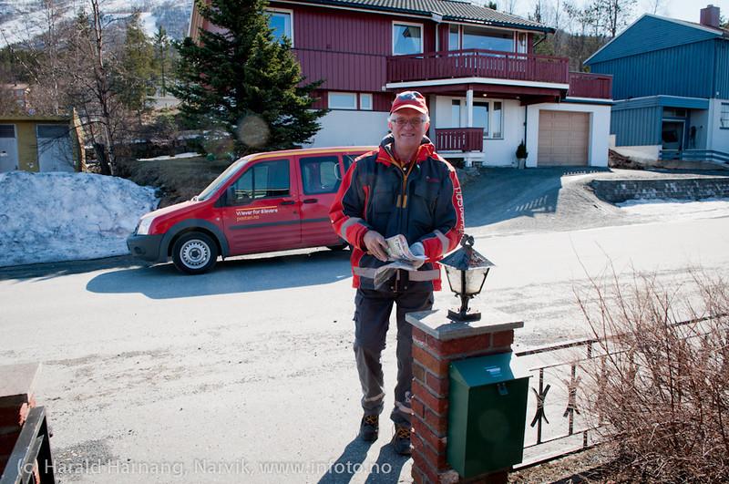 3.5.2011: Postmann Edvard Bjørnstrøm leverer post i Fjellveien.