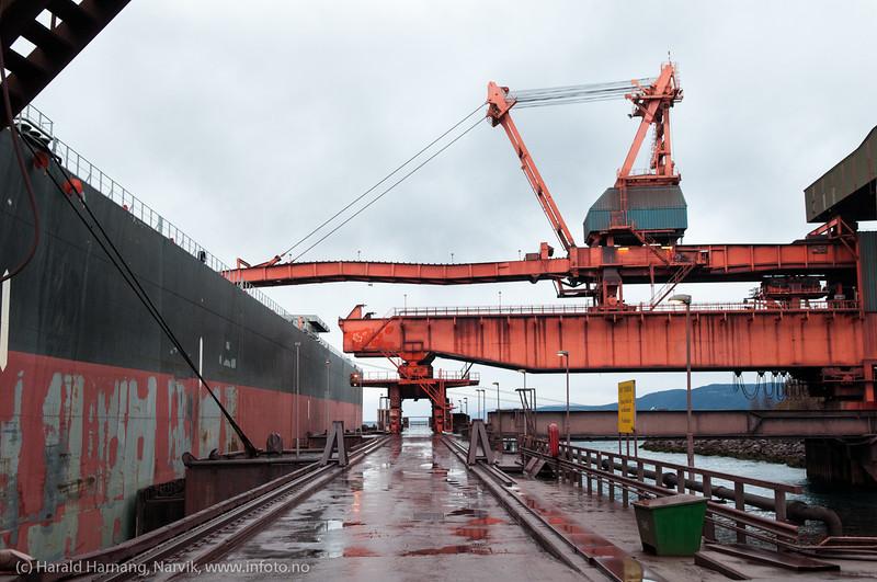 Oktober 2012: Kai 5, lasting av malmskip, Eibhlin, Panamaregistrert, lengde x bredde:292 x 45 m