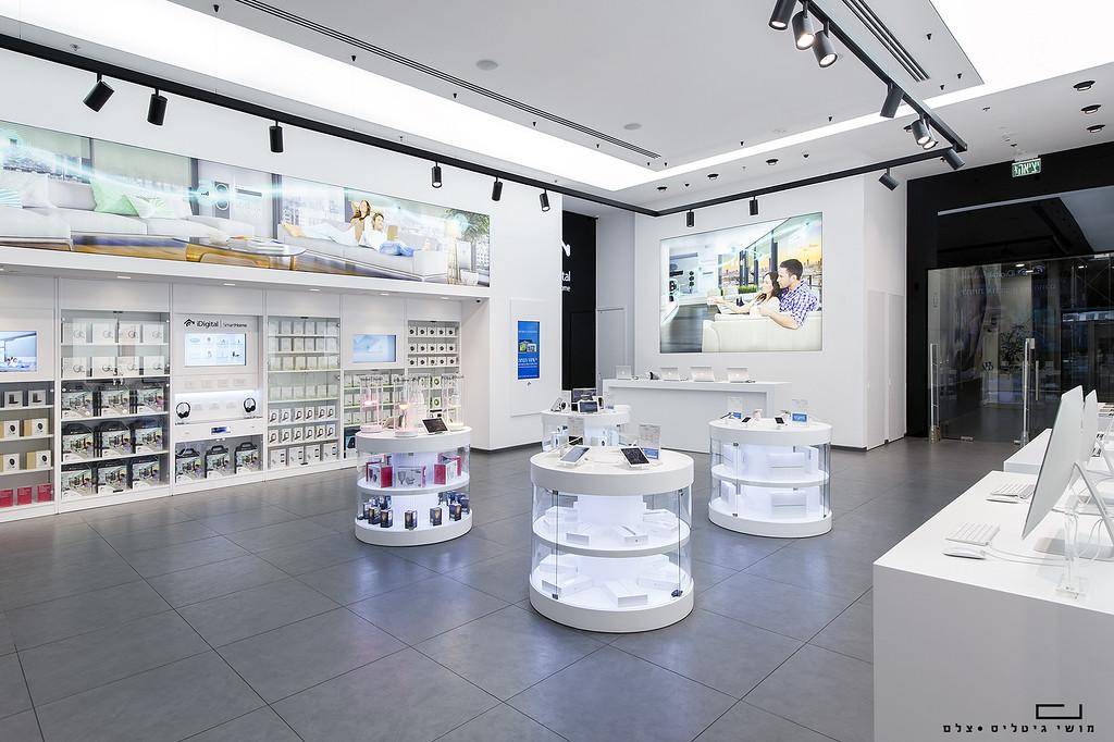 """חנות איידיגיטל בקניון עזריאלי בת""""א. עיצוב פנים: גולן לוי"""