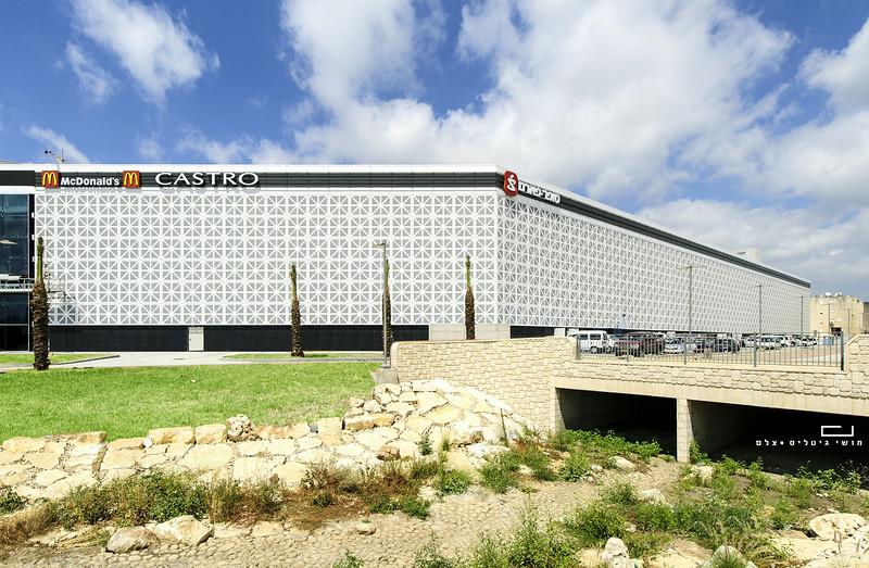 צילום אדריכלות: חיפויי אלומיניום וטרקוטה של קבוצת ענק. קניון ארנה, נהריה