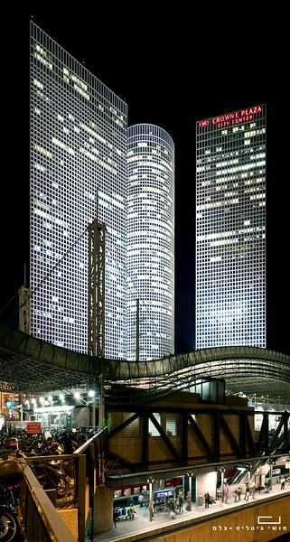 צילום אדריכלות: מגדלי וגשר עזריאלי. אדריכלות מגדלים: דוד עזריאלי, אלי עטיה וחייקה פרידמן. אדריכלות גשר: אברהם יסקי
