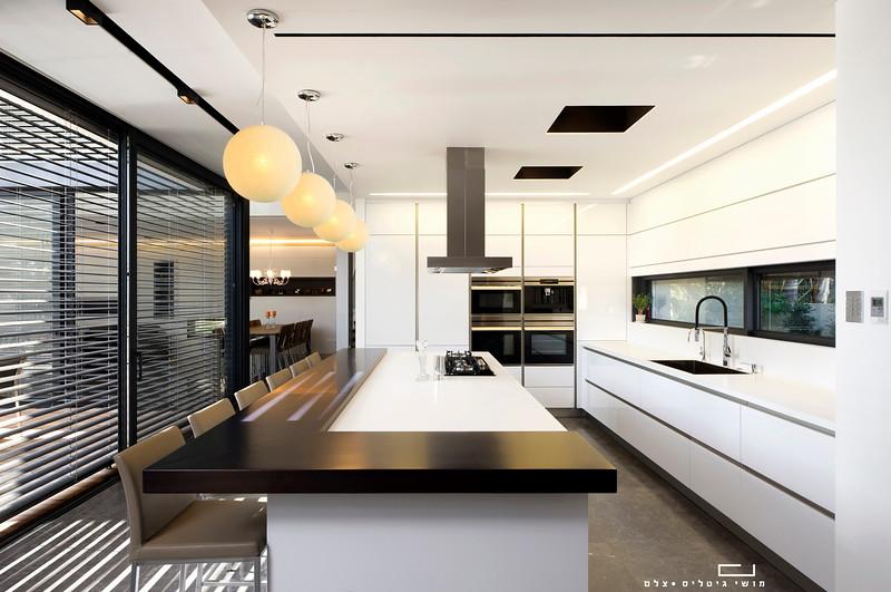 מטבח בבית באזור השרון. אדריכלות: רון אביב אדריכלים