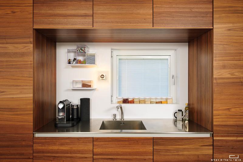 מטבח בדירה באזור המרכז. עיצוב פנים: וי-סטודיו אדריכלים