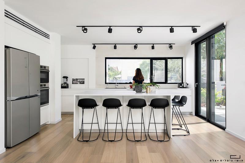 מטבח בבית באזור השרון. אדריכלות: חמוטל אביטל