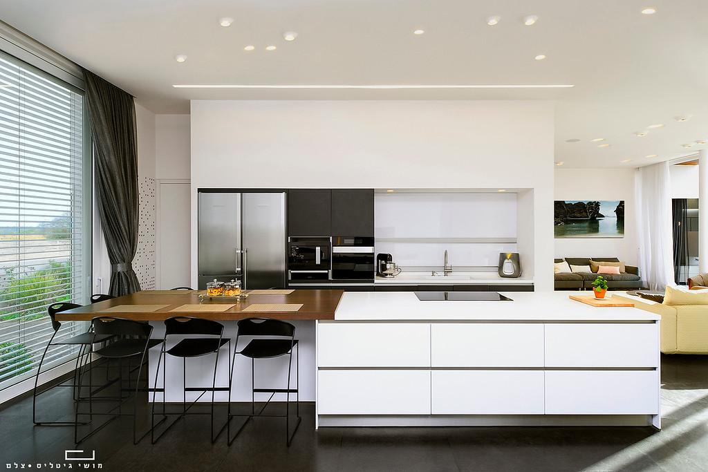 מטבח בבית בקיסריה. אדריכלות: וי-סטודיו אדריכלים