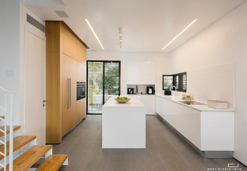 מטבח בבית באזור המרכז. אדריכלות: גלית קוריאט