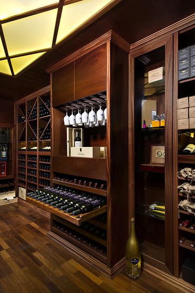 חדר יין בבית באזור הדרום. צולם עבור כפיים