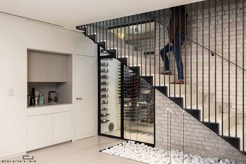 ספריית יין בדירה בתל-אביב. צולם עבור חברת כפיים