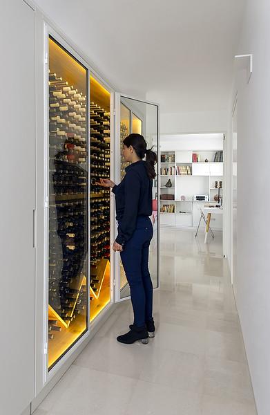ספריית יין בדירה באזור המרכז. צולם עבור כפיי