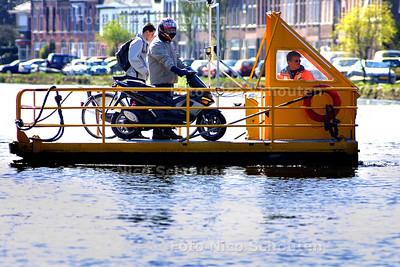 HC - 12 EN EEN HALF JAAR OP VEERPONDJE - Aad van Geest werkt al 12,5 jaar op het veerpondje aan het Jaagpad bij Delft - RIJSWIJK 8 APRIL 2003 - FOTO: NICO SCHOUTEN