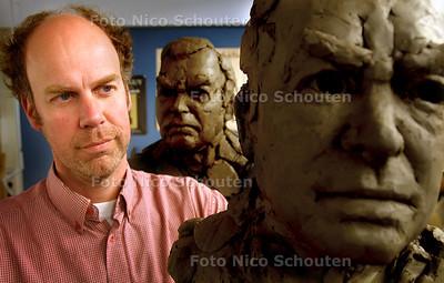 HC - BEELDHOUWER GUIDO SPRENKELS - Tussen voorstudies voor de bronzen buste van Ernst Happel -  VOORBURG 17 APRIL 2003 - FOTO: NICO SCHOUTEN