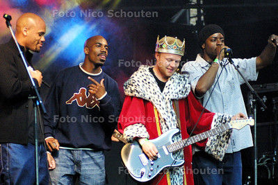 HC - COUPE DE VILLES BIJ INSTAND MIX - Op Koninginnenach zong Hiphopband Coupe de Ville een nummer mee met Instand Mix - DEN HAAG 30 APRIL 2003 - FOTO: NICO SCHOUTEN