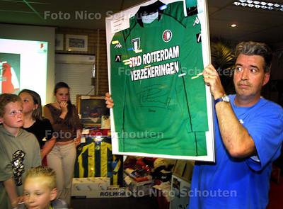 HC - VEILING VOETBALOBJECTEN BIJ RKAVV - hier wordt een gesigneerd shirt van Patrick Paauwe geveild - FOTO: NICO SCHOUTEN