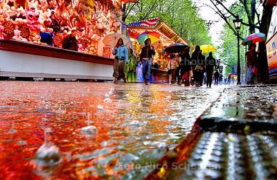 HC - KERMIS KONINGINNEDAG - Een fikse regenbui veroorzaakt een beek op het Lange Voorhout. - DEN HAAG 30 APRIL 2003 - FOTO: NICO SCHOUTEN