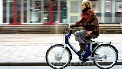 HC - POWERBIKE - Hennie de Groot van het Min.v. Socialezaken, is de eerste die de Powerbike mag uit proberen - DEN HAAG 10 APRIL 2003 - FOTO: NICO SCHOUTEN