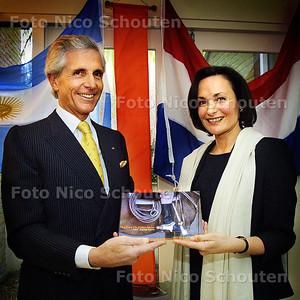HC - PRESENTATIE BOEKJE GRACIELA DE SAVORIN LOHMAN - PROSPERI - Boekje wordt overhandigt aan de Argentijnse Ambasadeur - DEN HAAG 10 APRIL 2003 - FOTO: NICO SCHOUTEN