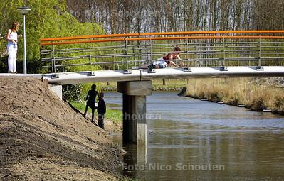 HC - NIEUW BRUGGETJE MIDDELGESTLAAN - Na dat het het bruggetje officieel geopend is nemen de buurtkinderen er bezit van. - VOORSCHOTEN 17 APRIL 2003 - FOTO: NICO SCHOUTEN