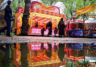 HC - KERMIS KONINGINNEDAG - Grote plassen op de Lange Vijverberg, na een fikse regenbui. - DEN HAAG 30 APRIL 2003 - FOTO: NICO SCHOUTEN