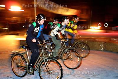 HC - KRONAN ICESPEEDWAY OP HOFVIJVER - Deelnemers die inschrijfgeld betaald hebben ten bate van het Rode Kruis, starten voor vier rondjes fietsen. - DEN HAAG 16  DECEMBER 2003 - FOTO: NICO SCHOUTEN