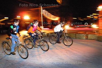 HC - KRONAN ICESPEEDWAY OP HOFVIJVER - Politici starten voor vijf rondjes fietsen op ijs. Rechts de D66 afgezant die gaat winnen (sorry ik ken deze mensen niet) - DEN HAAG 16  DECEMBER 2003 - FOTO: NICO SCHOUTEN
