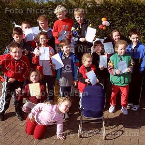HC - SPONSORLOOP - Voor dat kinderen van de Den Hartogschool gaan rennen laten ze hun stempelkaart zien - DEN HAAG 25 FEBRUARI 2003 - FOTO: NICO SCHOUTEN