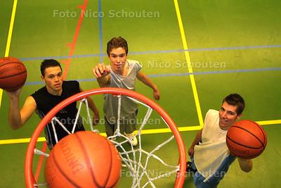 HC SPORT - BASKETBALTALENTEN - BVV basketballers (v.l.n.r.) Joshua den Oude, Niels Wytzes en Kristian van Loon - VOORBURG 17 FEBRUARI 2003 - FOTO: NICO SCHOUTEN
