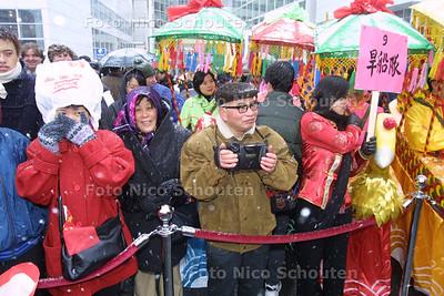 HC - CHINEES NIEUWJAAR - Zaterdag was de grootste Chinese nieuwjaarsviering ooit in Nederland. Voor sommigen was het winterse weer wel even afzien. - DEN HAAG 1 FEBRUARI 2003 - FOTO: NICO SCHOUTEN