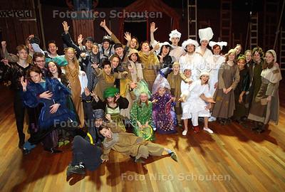 HC UIT - JEUGDTHEATER MERLIJN - de hele cast - DEN HAAG 9 FEBRUARI 2003 - FOTO: NICO SCHOUTEN