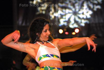 HC - STADSBAL IN ATRIUM - Demonstratie dans van dansschool Dolores - DEN HAAG 15 FEBRUARI 2003 - FOTO: NICO SCHOUTEN