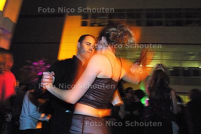 HC - STADSBAL IN ATRIUM - Salsa dansen op de kleine dansvloer - DEN HAAG 15 FEBRUARI 2003 - FOTO: NICO SCHOUTEN