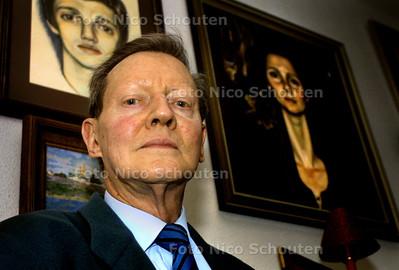 HC MENSEN - HR. VAN LEEUWEN, TAALVERDEDIGER - De heer van Leeuwen voor de in rusland geschilderde portretten van zijn kinderen - DEN HAAG 27 FEBRUARI 2003 - FOTO: NICO SCHOUTEN