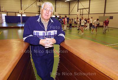 HC - WIM JORDENSE NEEMT AFSCHEID - Na 40 jaar in het onderwijs neemt gymleraar Wim Jordense afscheid van het St. Maartencollege - VOORBURG 5 FEBRUARI 2003 - FOTO: NICO SCHOUTEN