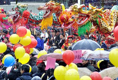 HC - CHINEES NIEUWJAAR - Zaterdag was de grootste Chinese nieuwjaarsviering ooit in Nederland.  Voor sommige drakendragers, die niet voor dit winterse weer gekleed waren, was het wel even afzien. - DEN HAAG 1 FEBRUARI 2003 - FOTO: NICO SCHOUTEN