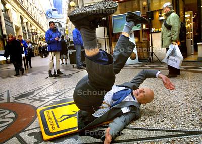 HC - STRUIKEL EN VALONDERZOEK - In de Passage geven studenten van de Vrije Universiteit van Amsterdam een presentatie over hun onderzoek naar struikelen en vallen bij ouderen. Deze acteur laat zien hoe je kan vallen - DEN HAAG 13 FEBRUARI 2003 - FOTO: NICO SCHOUTEN