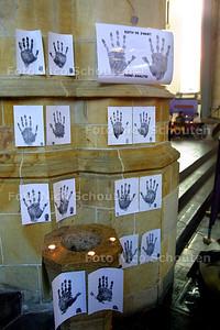 HC - PARANORMAALBEURS IN GROTE KERK - Handafdrukken, te gebruiken voor een hand-analyse, hangen aan een zuil en het doopfront van de Grote Kerk - DEN HAAG 4 JANUARI 2003 - FOTO: NICO SCHOUTEN