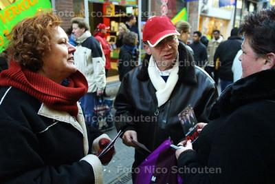 HC - JELTJE VAN NIEWENHOVEN VOERT CAMPAGNE VOOR PVDA - DEN HAAG 4 JANUARI 2003 - FOTO: NICO SCHOUTEN