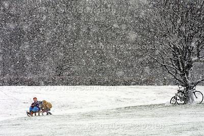 SNEEUWPRET - Kinderen zij sleetje aan het rijden bij de waterpartij (bij het Indisch Monument) - DEN HAAG 5 JANUARI 2002 - FOTO: NICO SCHOUTEN