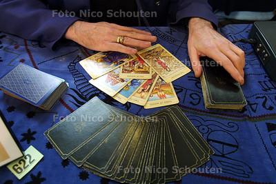 HC - PARANORMAALBEURS IN GROTE KERK - Veel tarotkaartlezers in de Grote Kerk - DEN HAAG 4 JANUARI 2003 - FOTO: NICO SCHOUTEN