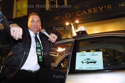HC - DE ZINGENDE TAXICHAUFFEUR - De heer Baggerman zingt in zijn taxi en heeft TV schermpjes met Elvis Presly in zijn auto - DDEN HAAG 8 JANUARI 2003 - FOTO: NICO SCHOUTEN