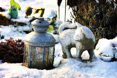HC - GRAFREGELS BEGRAAFPLAATS VOORSCHOTEN LOSSER - Vroeger werden beeldjes en lampjes zoals deze oogluikend toegestaan, straks mogen ze gewoon. - VOORSCHOTEN 7 JANUARI 2003 - FOTO: NICO SCHOUTEN