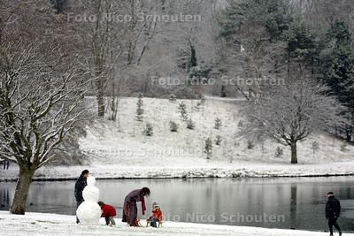 SNEEUWPRET - Een gezinnetje maakt een sneeuwpop bij de waterpartij (bij het Indisch Monument) - DEN HAAG 5 JANUARI 2002 - FOTO: NICO SCHOUTEN