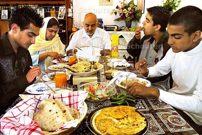HZ - AAN TAFEL MET FAMILIE KHAN UIT PAKISTAN - ZOETERMEER 1 JULI 2003 - FOTO: NICO SCHOUTEN