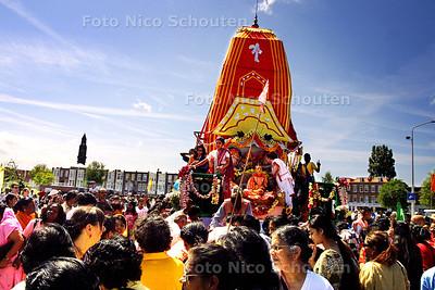 HC - RATHA YATRA FESTIVAL - Meerderen Swami's  o.a. Nava Yogendra Swami uit India en Praladananda Swami uit de VS  kwamen naar Den Haag om het door ISKCON georganiseerde festival bij te wonen. Op de foto een voorstelling van Jagannatha die versierd met bloemenkransen op een groot mobiel altaar door de stad getrokken wordt. - DEN HAAG 12 JULI 2003 - FOTO: NICO SCHOUTEN