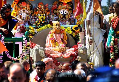 HC - RATHA YATRA FESTIVAL - Meerderen Swami's  o.a. Nava Yogendra Swami uit India en Praladananda Swami uit de VS  kwamen naar Den Haag om het door ISKCON georganiseerde festival bij te wonen. Op de foto een voorstelling van Jagannatha die versierd met bloemenkransen op een groot mobiel altaar door de stad getrokken en vereerd wordt. - DEN HAAG 12 JULI 2003 - FOTO: NICO SCHOUTEN