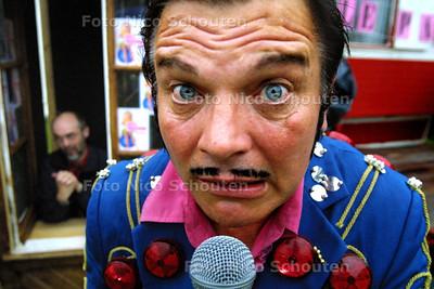 HC - PARADE DEN HAAG 2003 - Aankondiging van Pivetti's Retro Show in Palazzo Rumore. - den haag 4 juli 2003 - foto: nico schouten