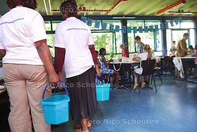 HV - SCHOONMAAKAKTIE OP DALTONSCHOOL - LEIDSCHENDAM 11 JUNI 2003 - FOTO: NICO SCHOUTEN
