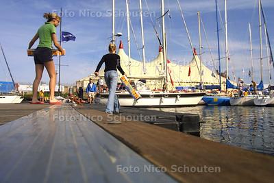 HC - NORTHSEA REGATTA - Met een noodsteiger kan men de haven oversteken - SCHEVENINGEN 6 JUNI 2003 - FOTO: NICO SCHOUTEN