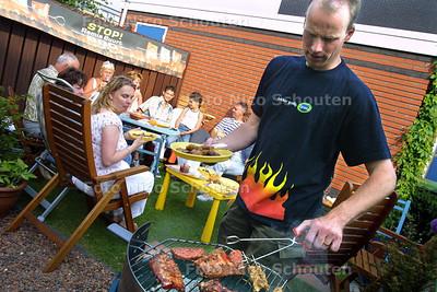 HC - REMIA BUURT BBQ - DEN HAAG 14 JUNI 2003 - FOTO: NICO SCHOUTEN
